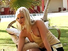 Hot porn model with outstanding body plays a breathtaking solo